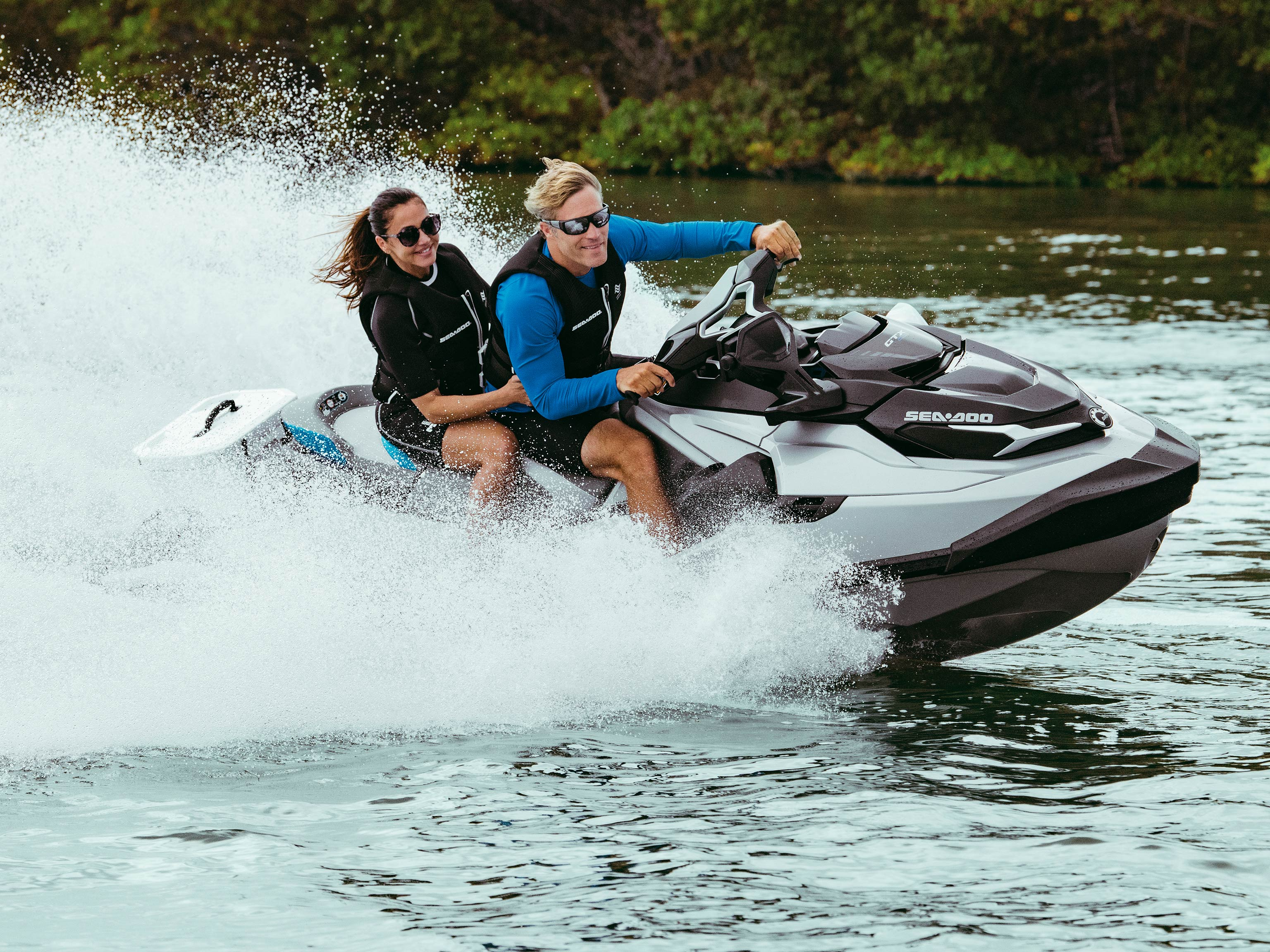 Pareja conduciendo una Sea-Doo GTX Limited