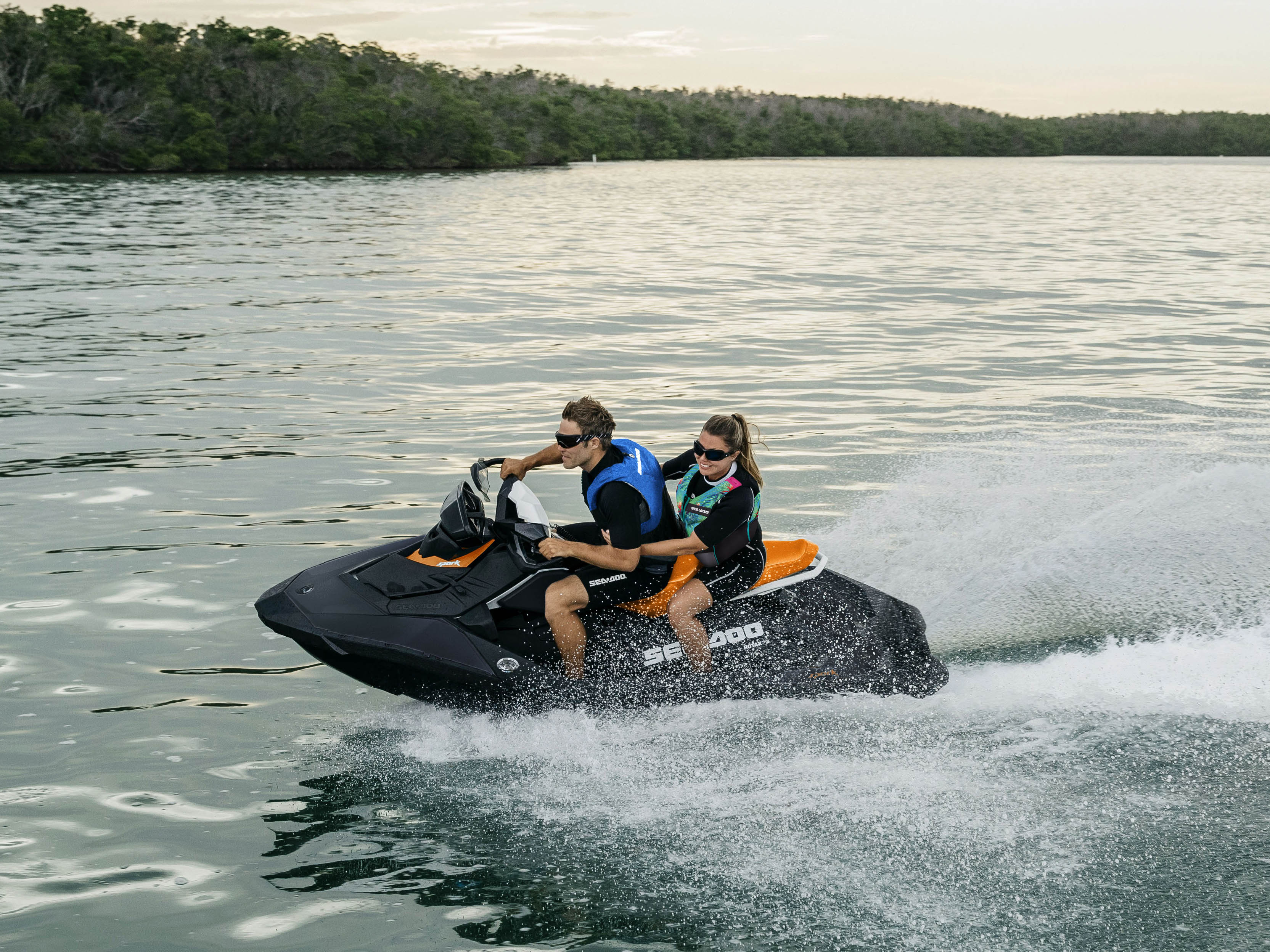 Couple s'amusant sur un Sea-Doo Spark