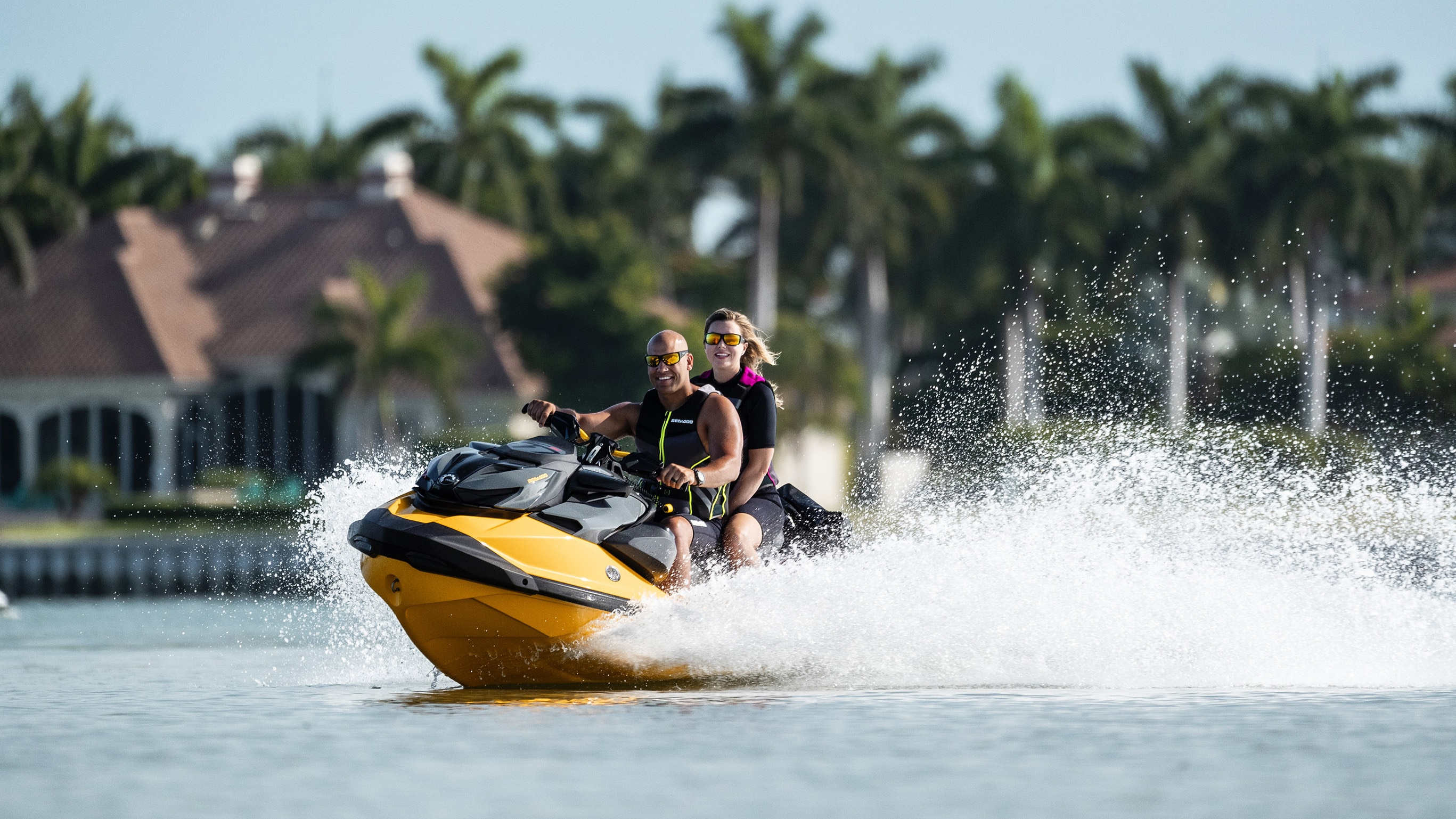 Couple profitant de la vie Sea-Doo